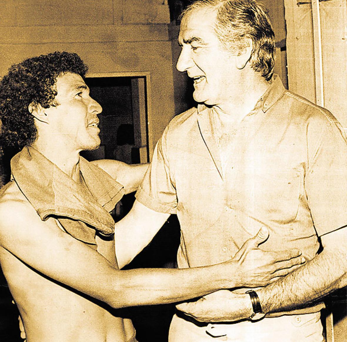 José Varacka abraza al lateral samario Óscar Bolaño.