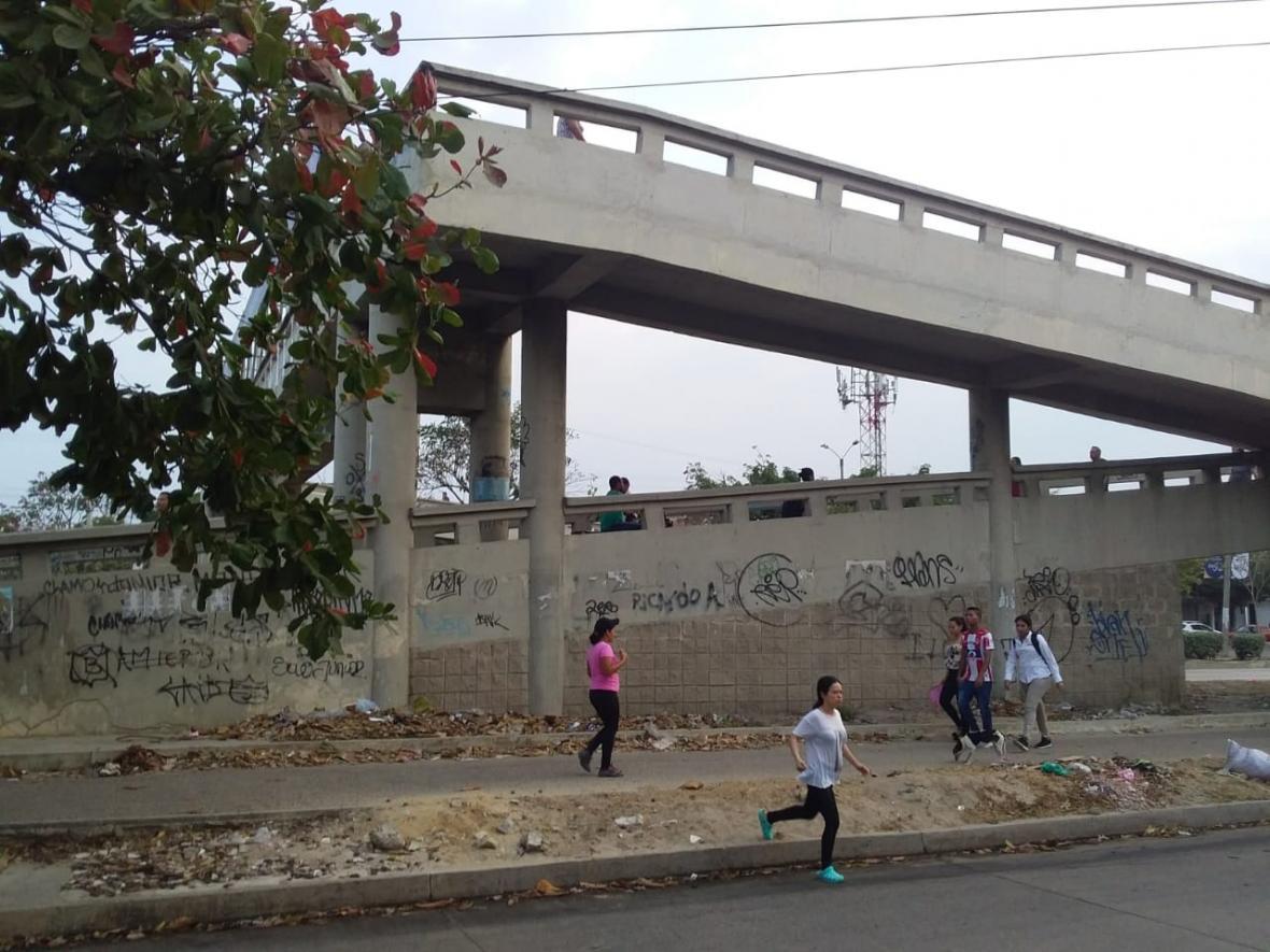Los estudiantes deben utilizar el puente al inicio y final de la jornada escolar para evitar accidentes.