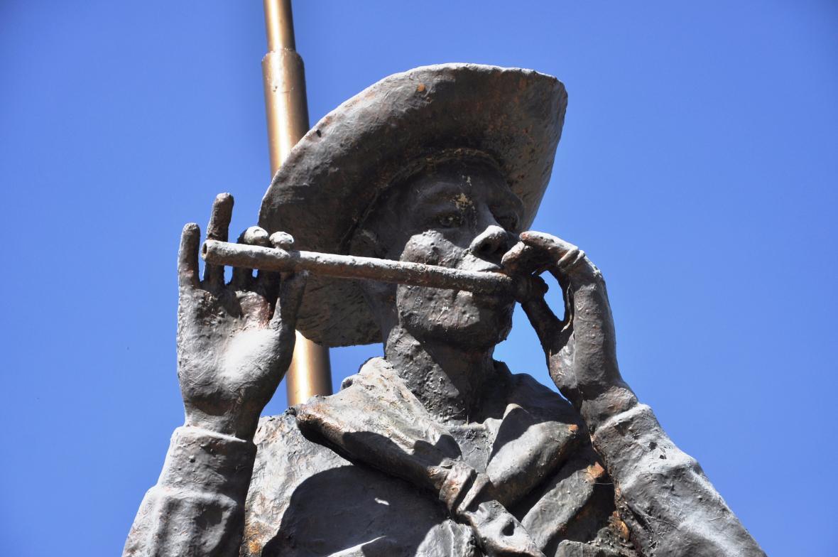 """El monumento """"Pitero"""" le da la bienvenida a los visitantes."""