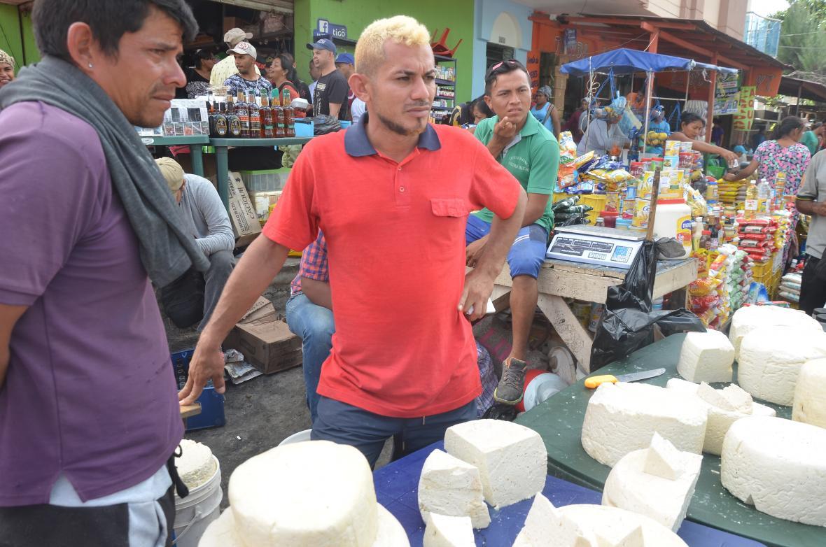Diomedes Mandriles (de naranja), vendedor de queso.
