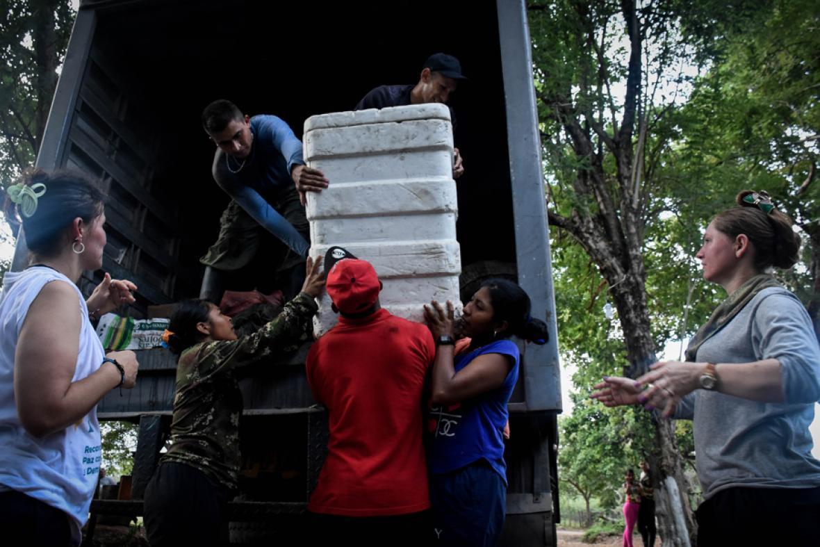 Descargando una provisión de comida para 17 días enviada por el Gobierno.