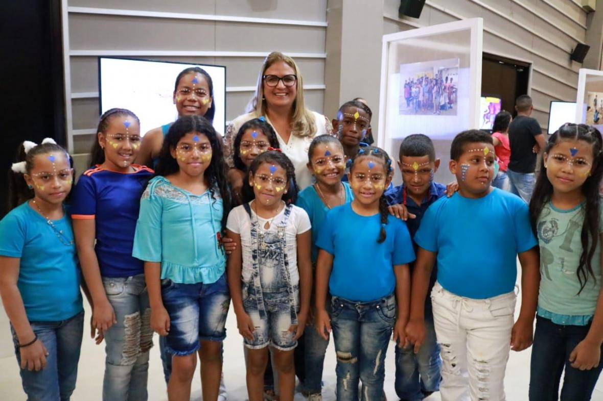 La secretaria de Educación Distrital, Bibiana Rincón, con algunos de los estudiantes beneficiados.