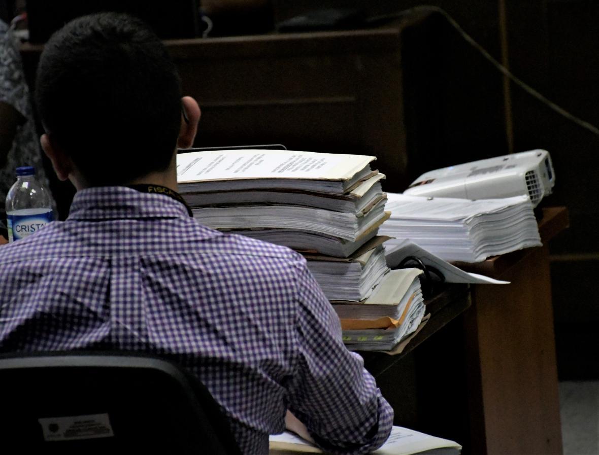 El fiscal del caso sostiene las carpetas del proceso con más de 300 páginas de información.