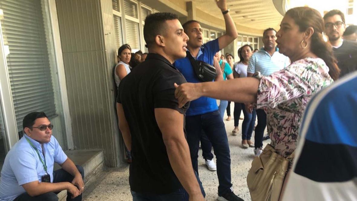 Familiares de Tomás Maldonado Cera en el momento en que intentan agredir a los reporteros gráficos.
