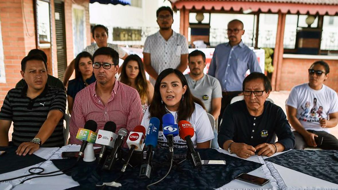 Familiares de los periodistas ecuatorianos asesinados en la rueda de prensa desde Cali.