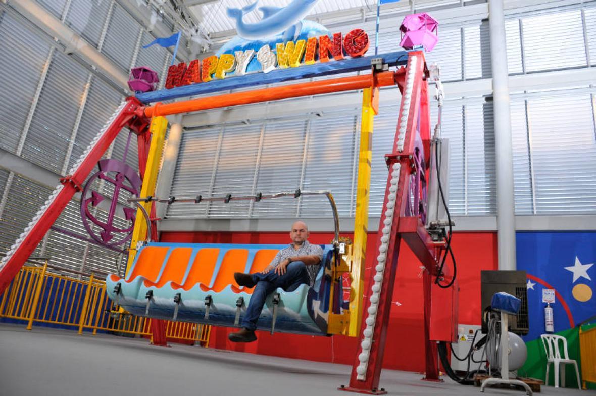 Camilo Mejía, vocero de junta directiva de Family Planet, sentado en una de las atracciones mecánicas del centro de diversión.