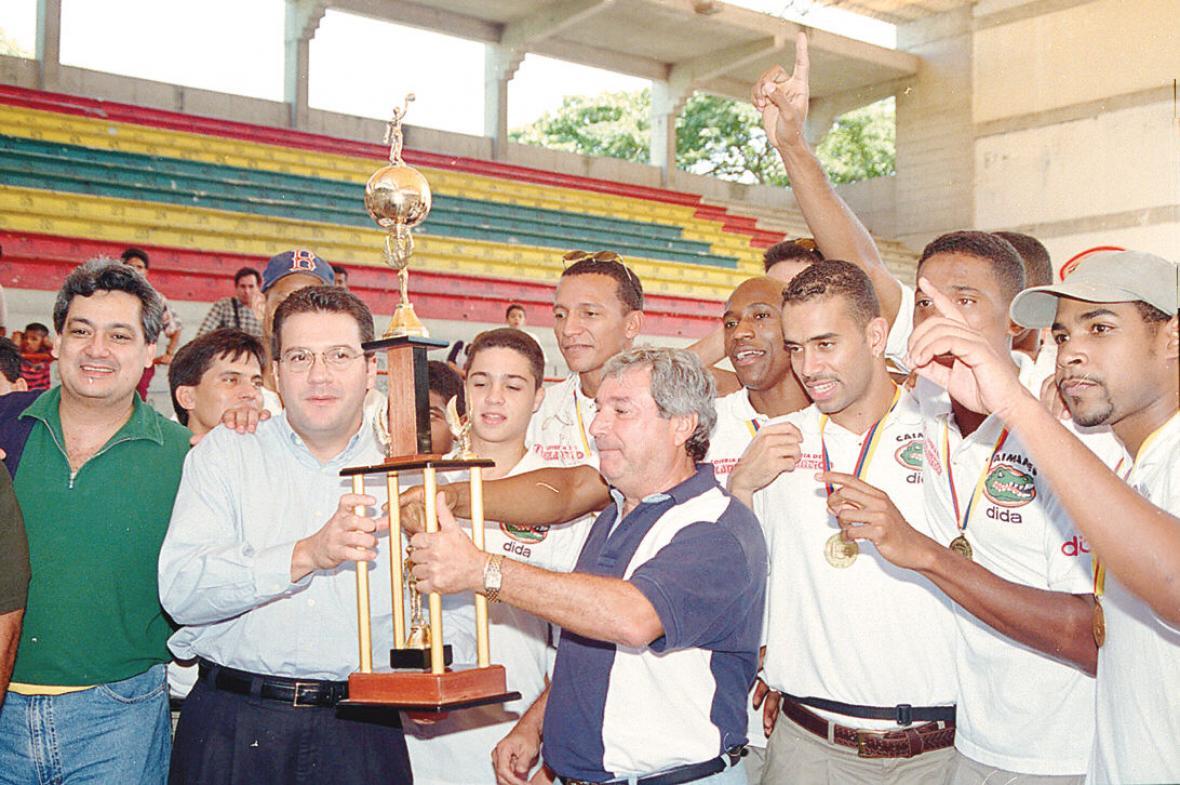 El equipo Caimanes celebra la obtención de su segundo título en el baloncesto profesional.