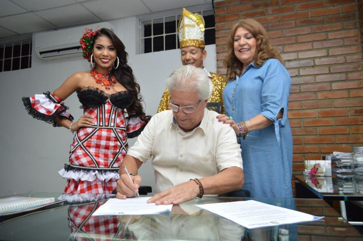 firma de decretos por parte del alcalde de Soledad Joao Herrera para oficializar a María José Romo Regino y  a Henry Barrios 'calancho' como los Reyes del Carnaval 2018.