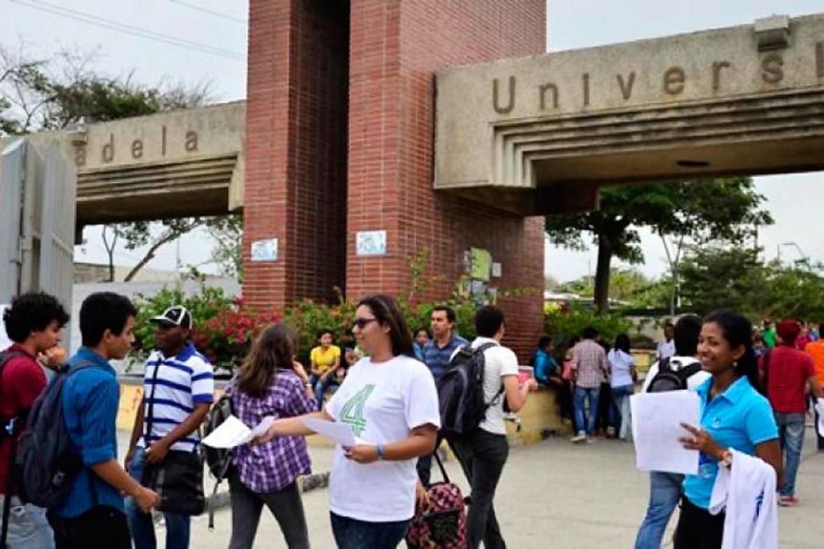 Estudiantes, en la entrada de la Universidad del Atlántico.
