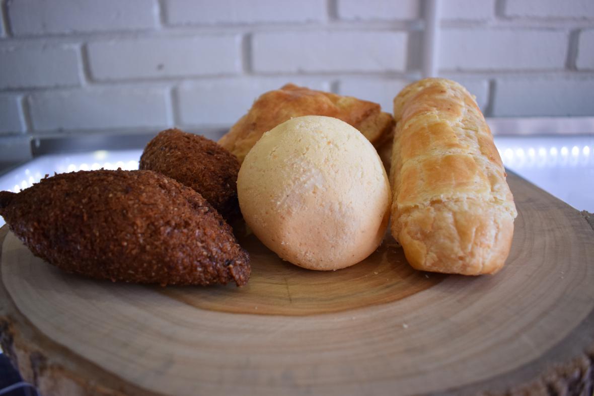Torta de frutas, lasaña y picadas como quibbes, deditos y pan de bono son algunas de las  sugerencias.