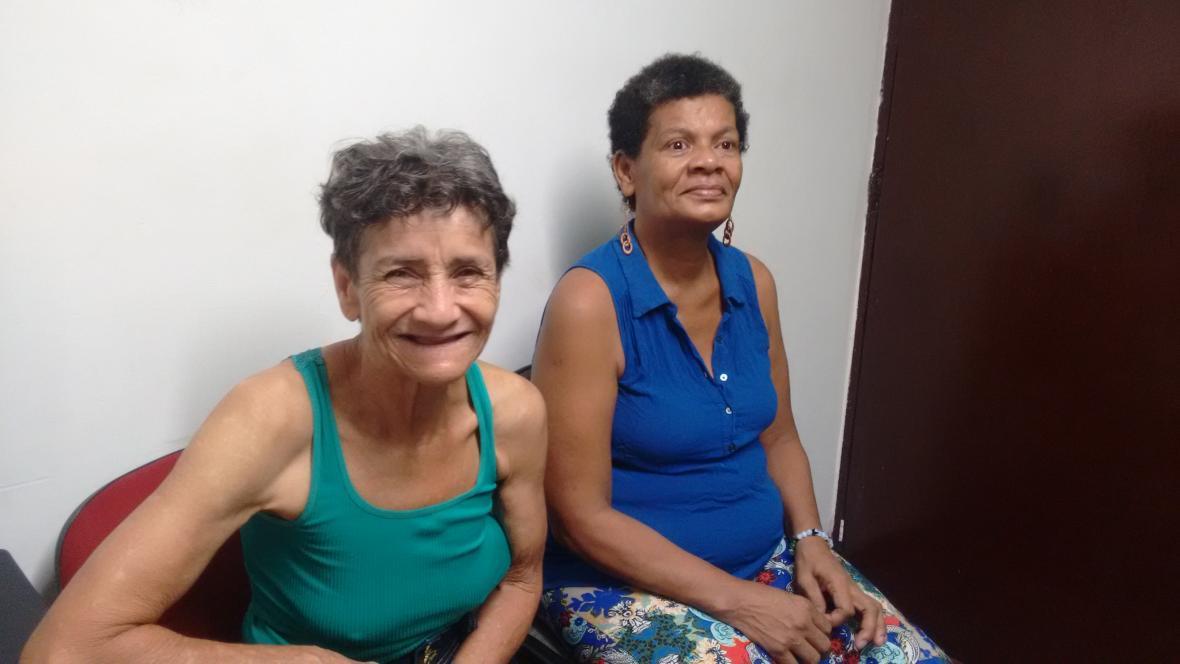 Sonia Montoya junto a su compañera de hogar Maribel conocida como la 'reina'.