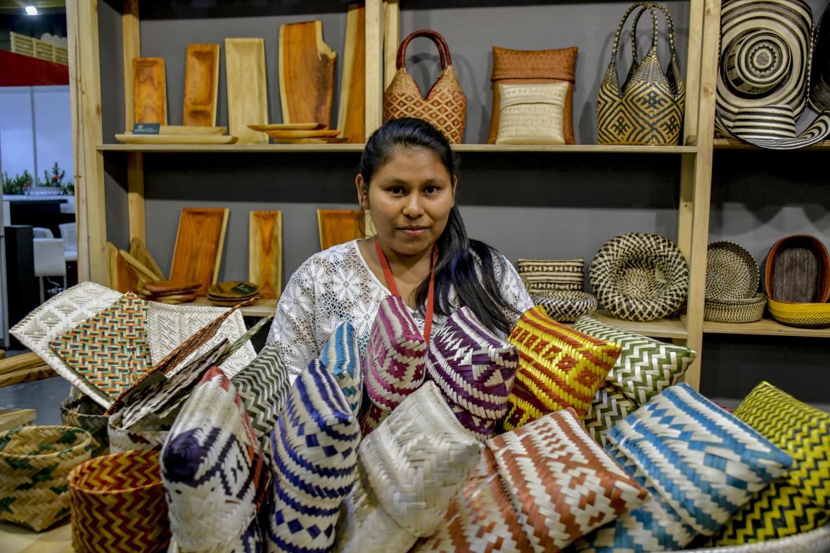 Artesana muestra sus productos provenientes del Cauca.
