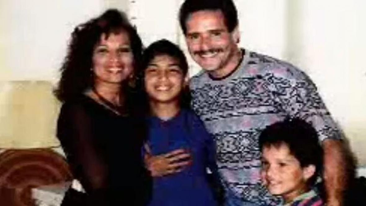 Frankie rodeado de su mujer y de sus dos hijos.