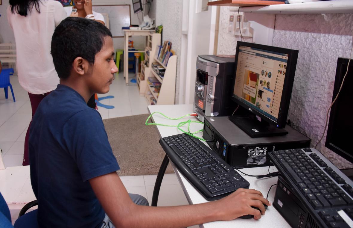 Luis Carlos disfruta jugar y navegar en Internet en el salón de juegos de la Fundación Andrea.