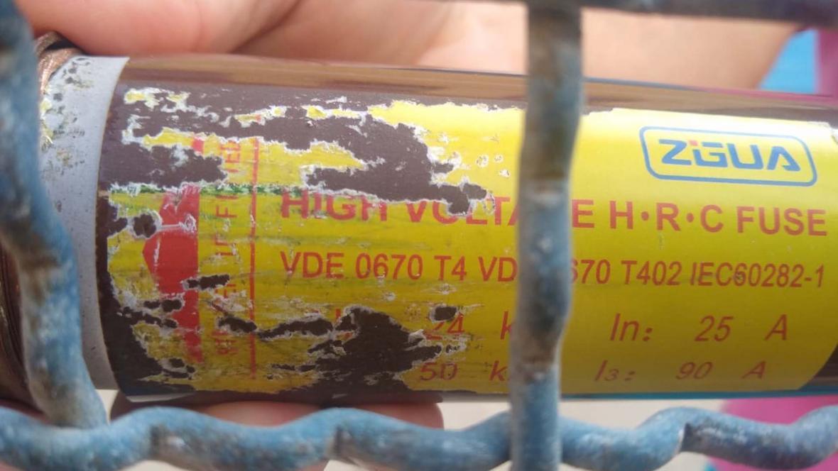 Uno de los dos fusibles que se quemaron y que hacen parte de la subestación eléctrica de la cárcel.
