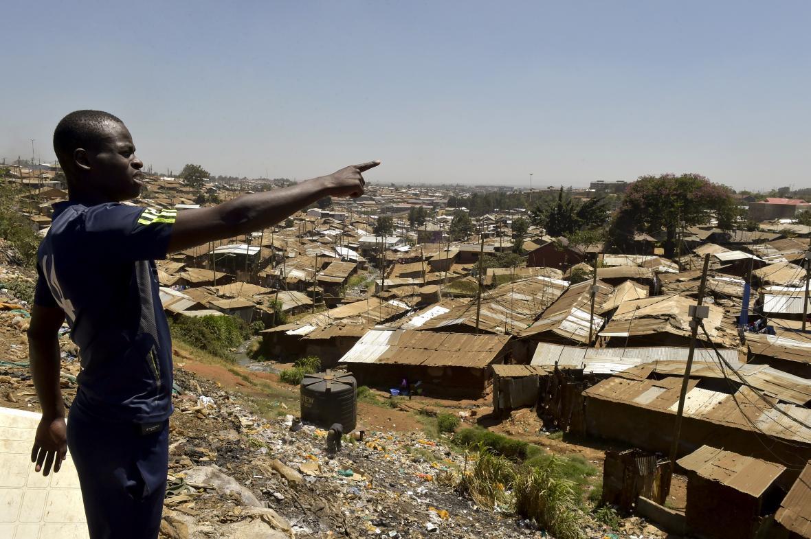 El futbolista Henry Eshiboko muestra el lugar donde vive en Kenia.