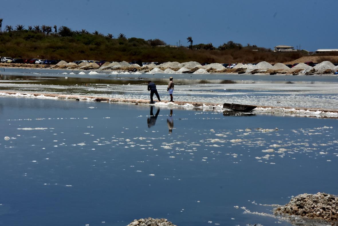 Las pilas de sal también hacen atractivo el lugar.