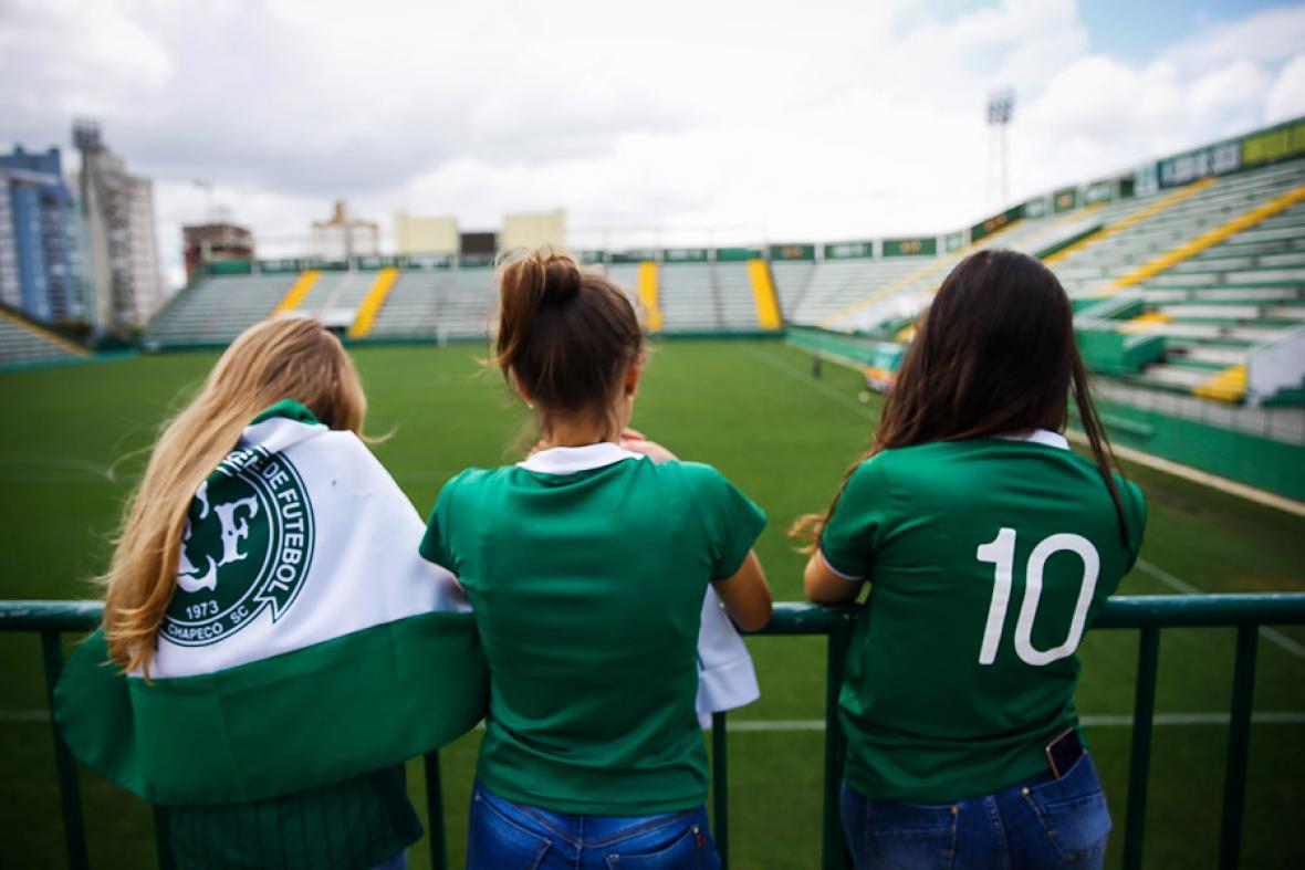 Con las camisetas del Chapecoense, estas tres aficionadas observan la cancha del estadio Arena Condá en Chapeco, Brasil.