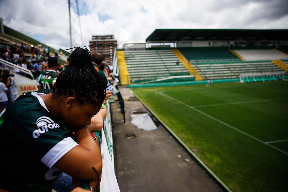 Una mujer solloza en las graderías del estadio de Chapeco.