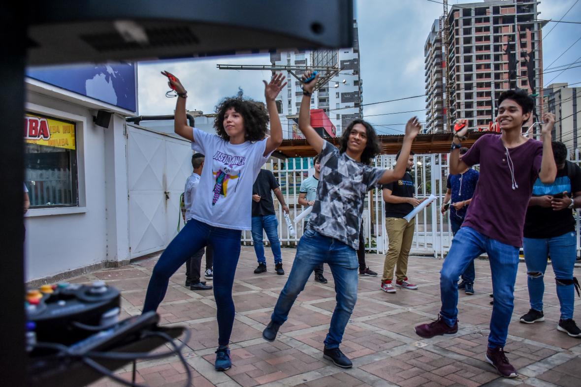 Jóvenes pertenecientes a la comunidad Just Dance  bailan imitando los pasos del 'coach' .
