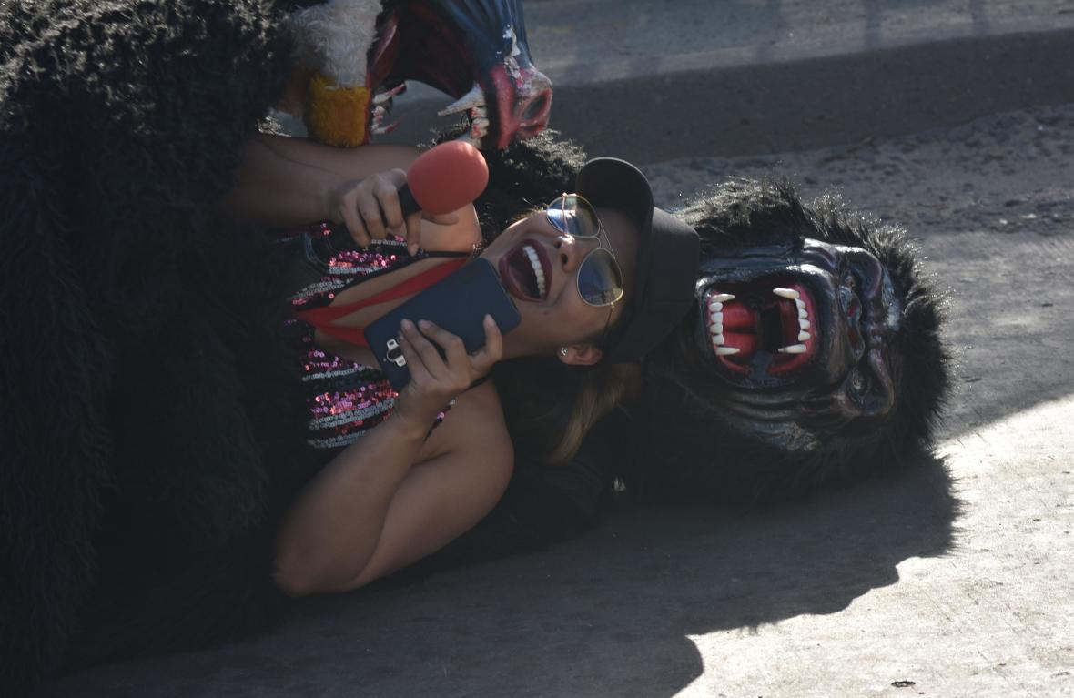 Un gorila ataca entre risas a una mujer.