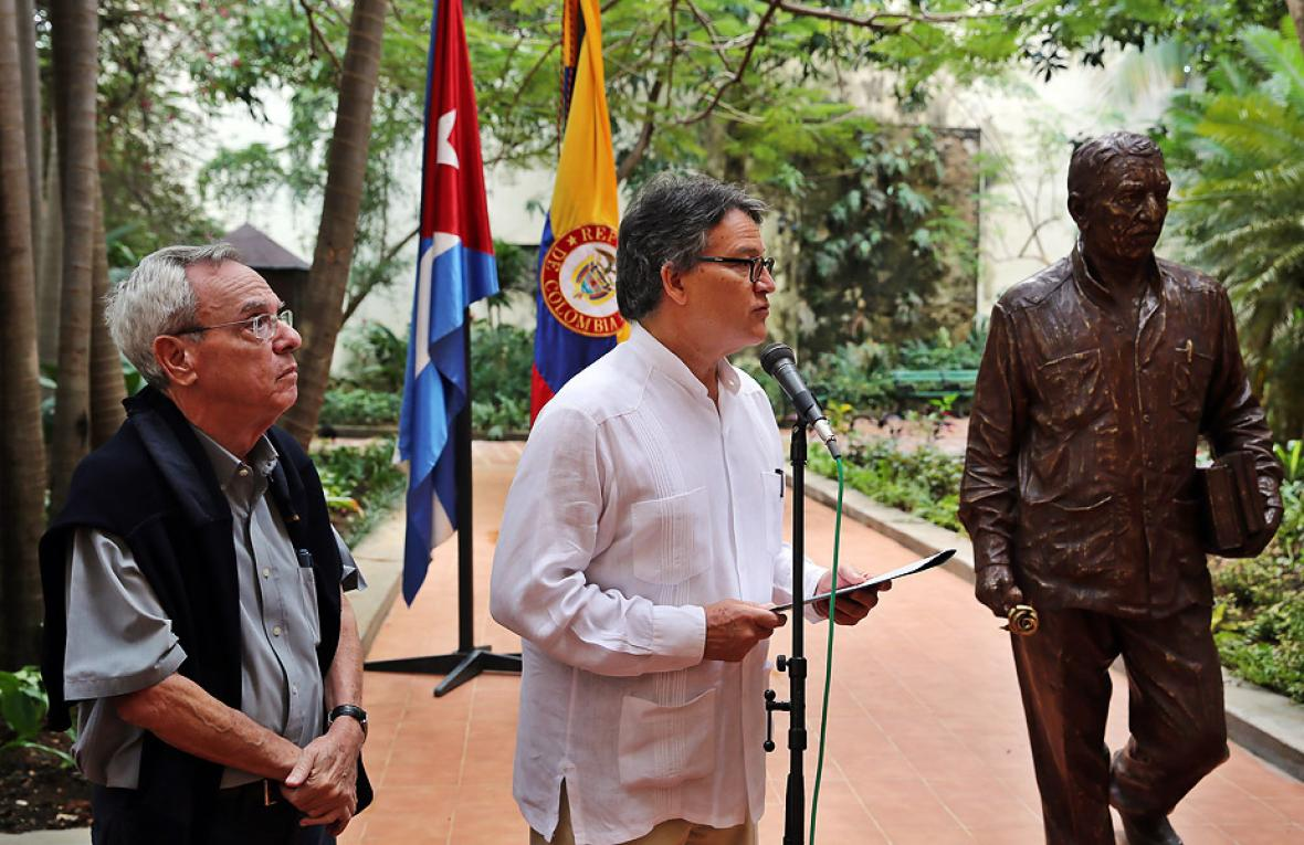El embajador de Colombia en Cuba, Gustavo Bell Lemus, habla durante la ceremonia cumplida este jueves en honor de Gabo. A su lado el historiador de La Habana, Eusebio Leal.
