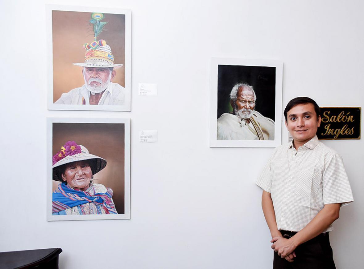 El cesarense Hansel Terán posando con sus retratos.