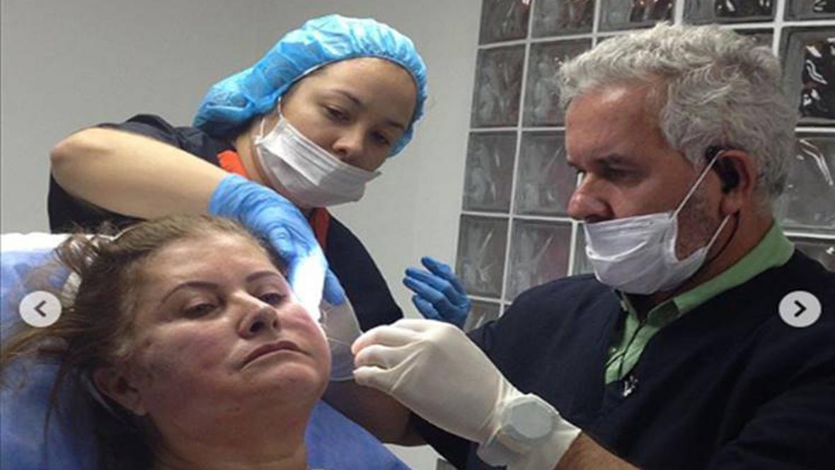 El doctor Hoyos durante un procedimiento.