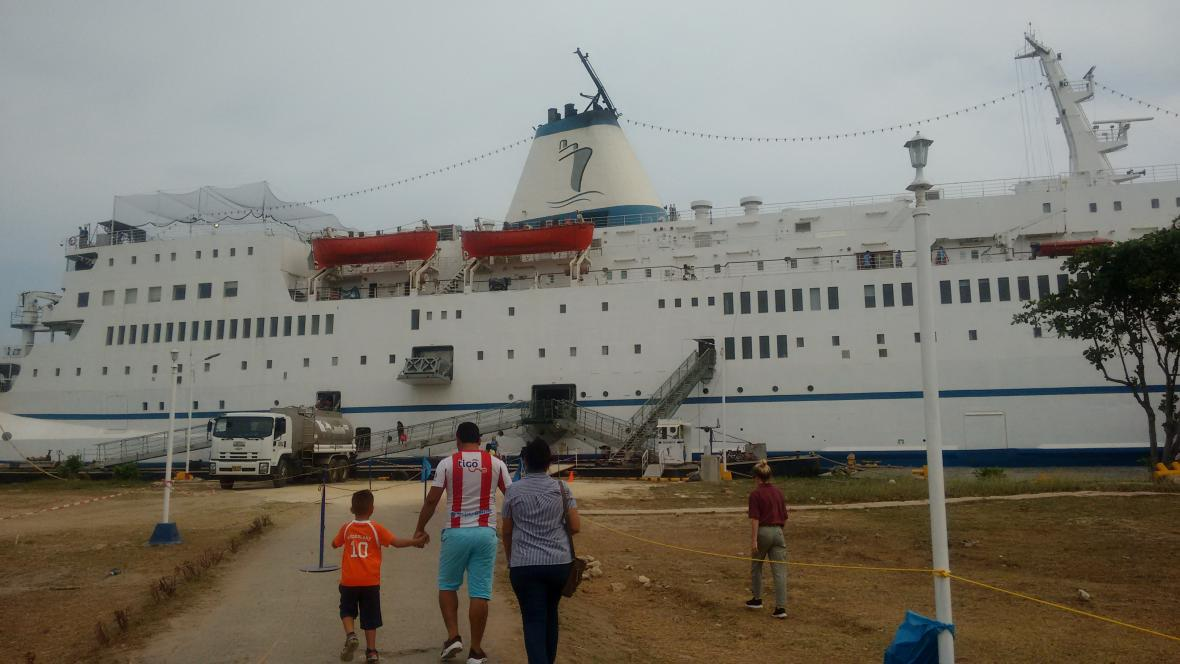 El barco tiene una tripulación de 400 personas provenientes de 65 países.