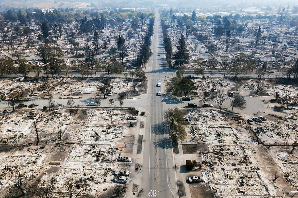 Vista aérea de una zona totalmente devastada por las llamas.