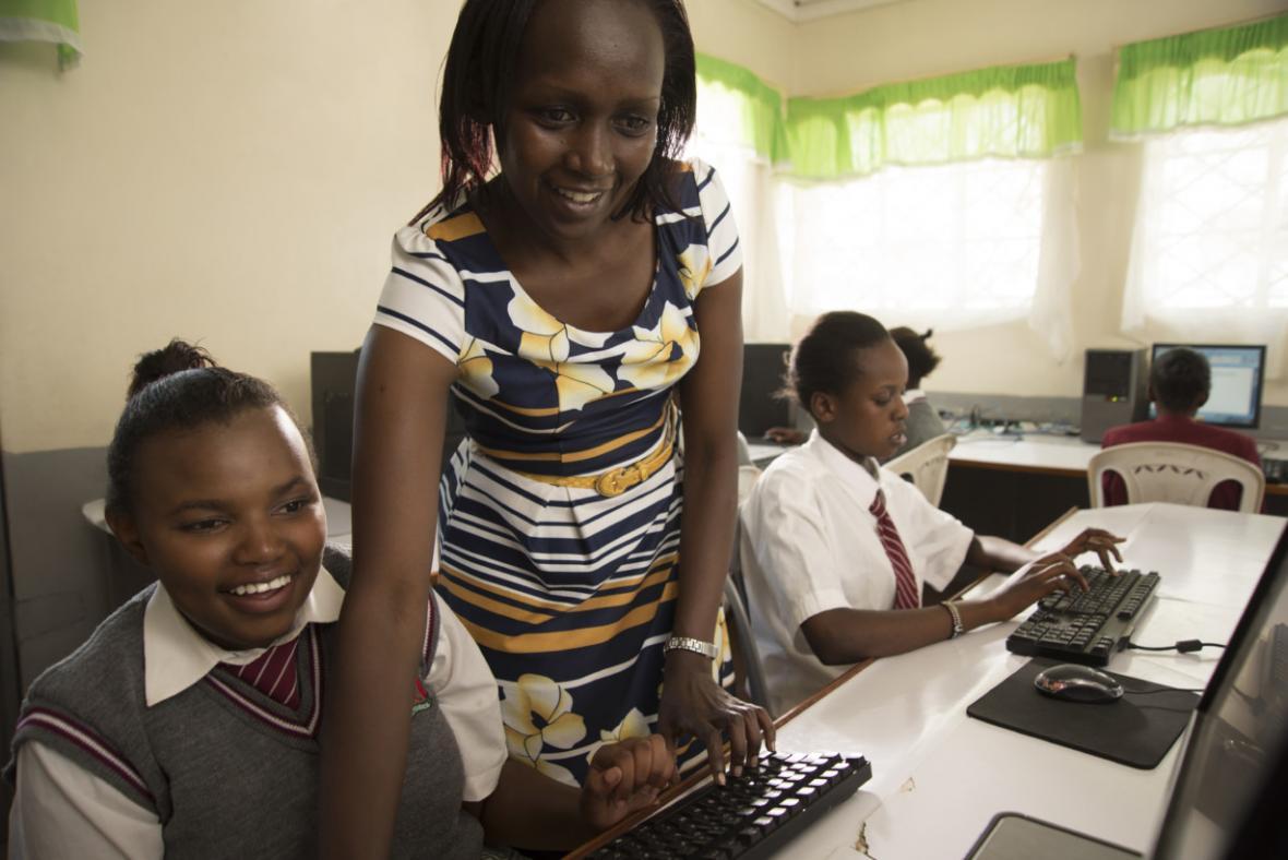 Caroline y una profesora trabajando con la aplicación en una sala de informática.