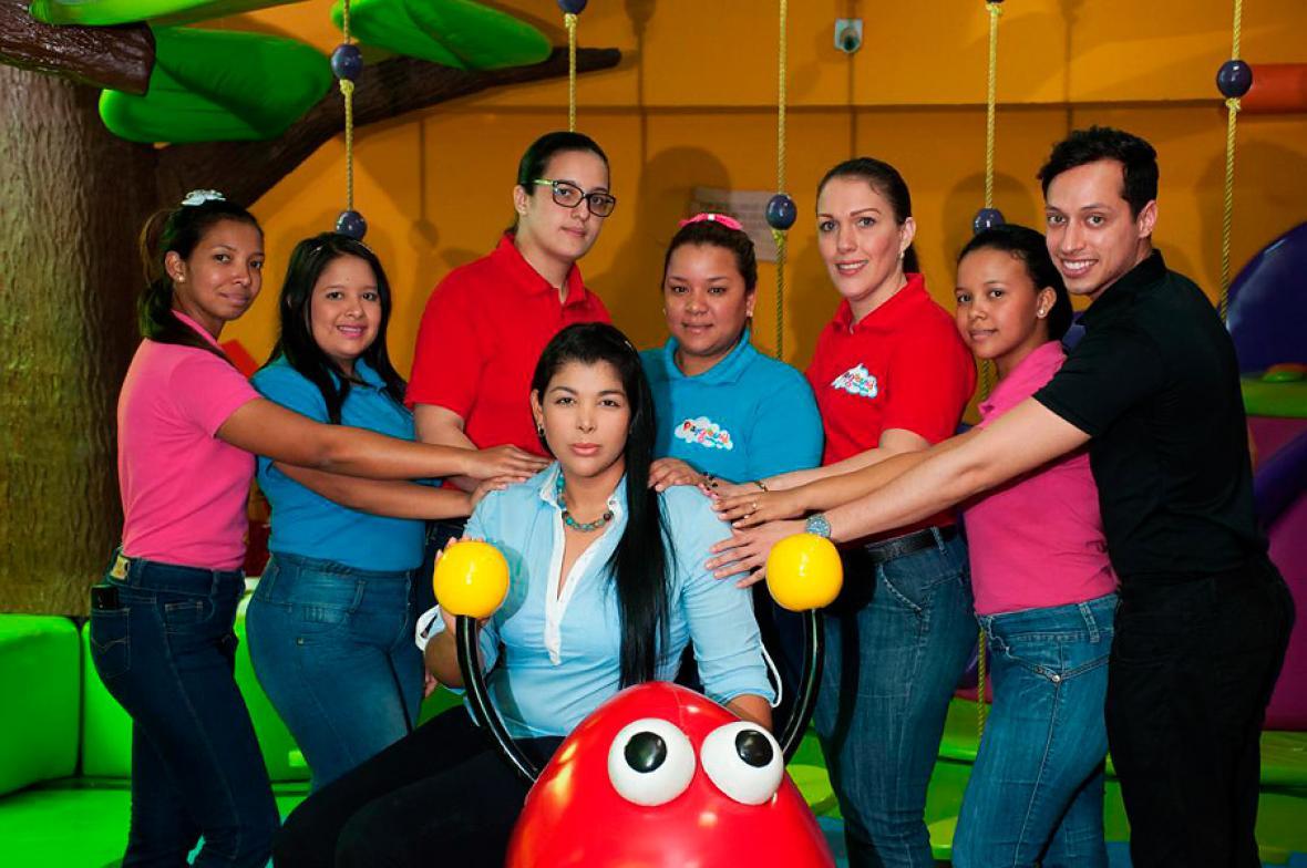 Kathy de la Hoz, gerente de Playground Babies & Kids, abajo, junto a los empleados y profesionales de su empresa.