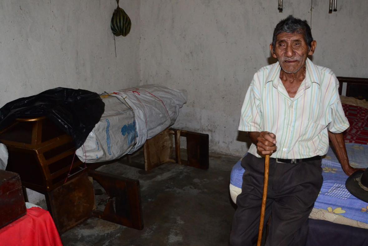 Juan Cáceres, a sus 100 años, ya tiene lista en su cuarto la caja fúnebre en la que su familia debe sepultarlo.