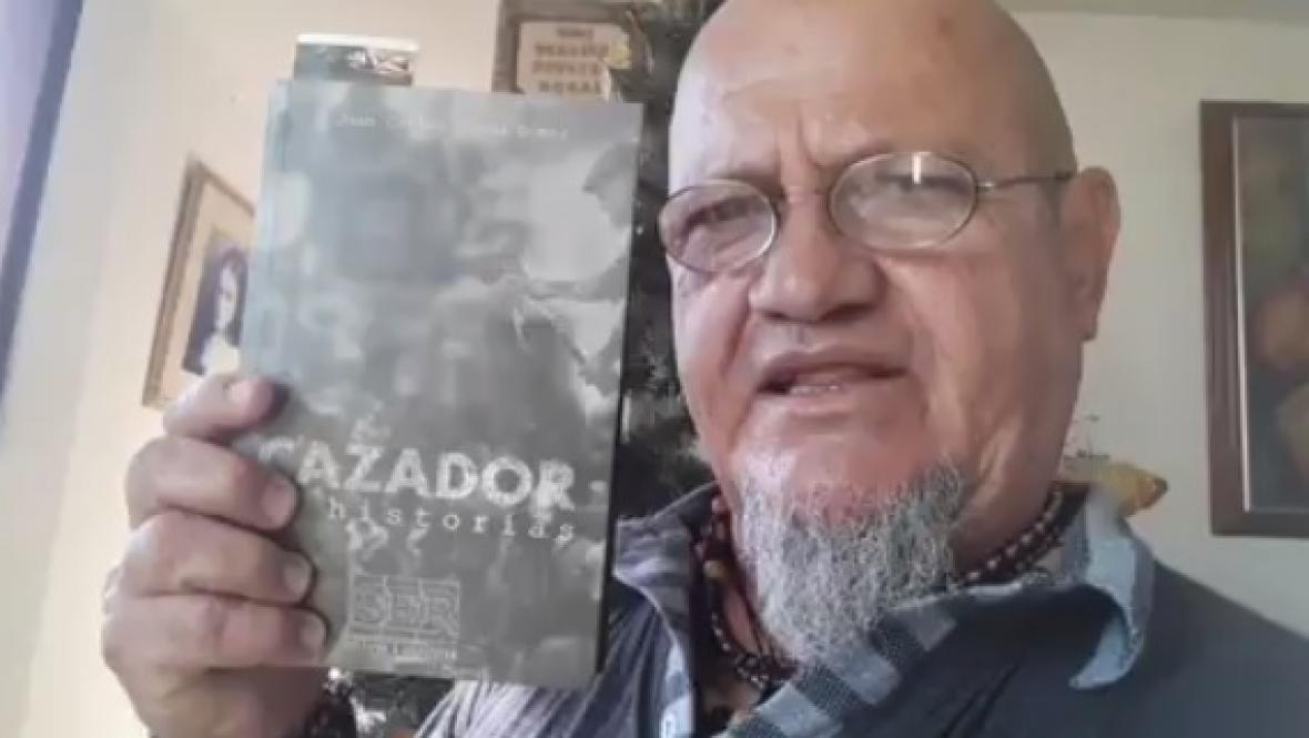 """Juan Carlos Rueda con su libro """"El cazador de historias"""" que lanzó en diciembre pasado."""
