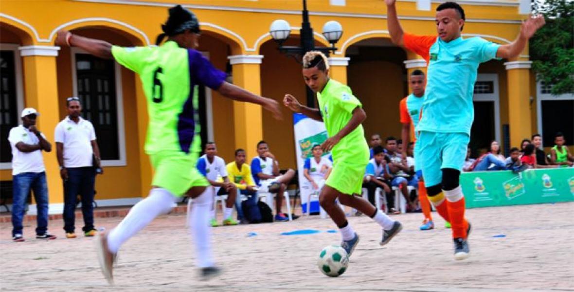 Jóvenes disputan un balón durante uno de los partidos del programa de resocialización.