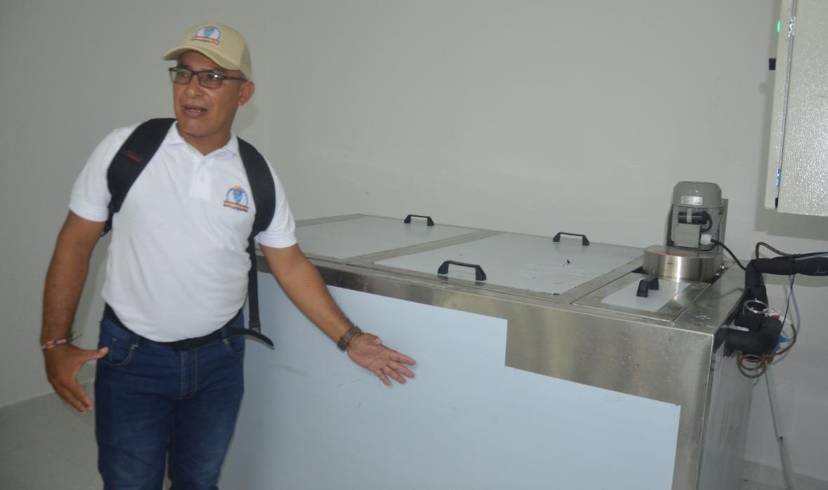 Julián Medina muestra una de las neveras para el almacenamiento.