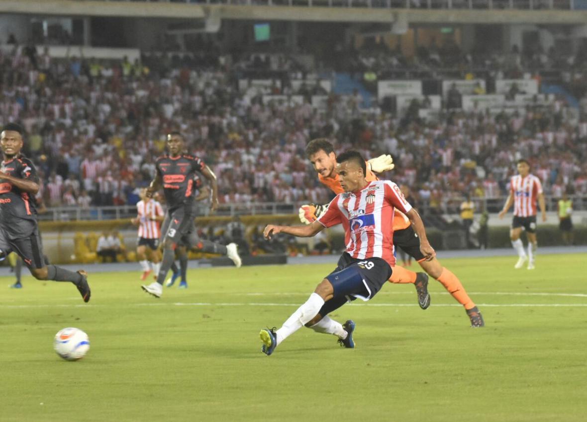 Luis Díaz eludió al arquero David González y remató preciso para anotar el primer gol de Junior.