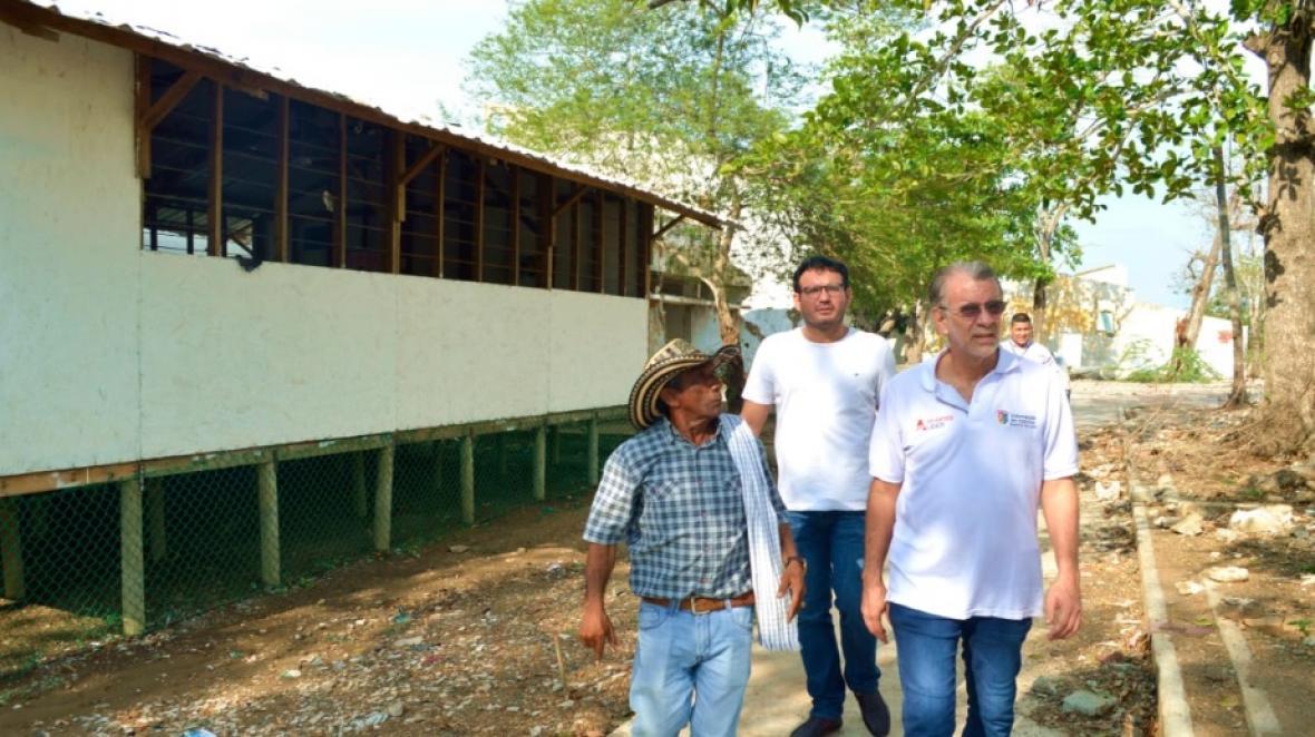 El gobernador Verano y el secretario de Educación, Dagoberto Barraza, en el recorrido de este viernes.