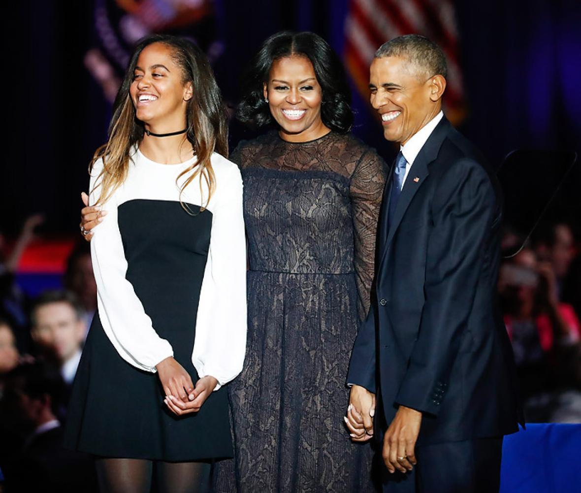 El presidente de Estados Unidos, Barack Obama , sonríe junto a su esposa Michelle Obama y su hija Malia Obama después de su discurso de despedida como mandatario de los estadounidenses.