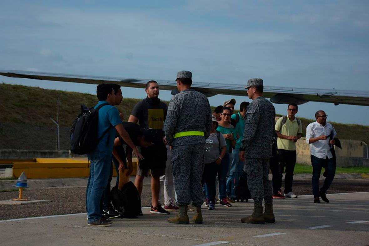 Las autoridades reciben a los repatriados.