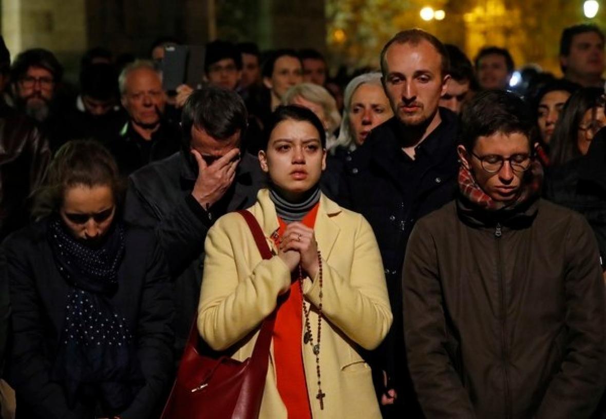 En medio de la tragedia una mujer orada y se lamentaba tras lo ocurrido.
