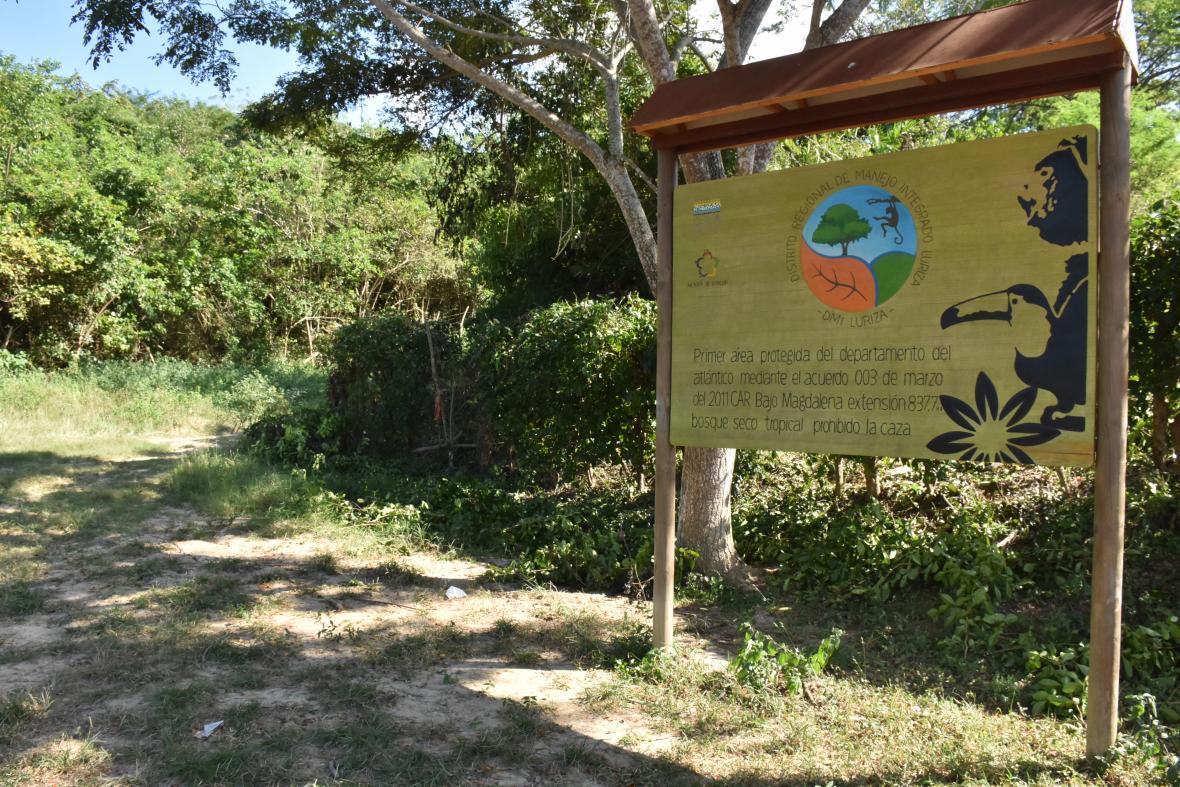 Una valla muestra el inicio del camino que lleva a Luriza.