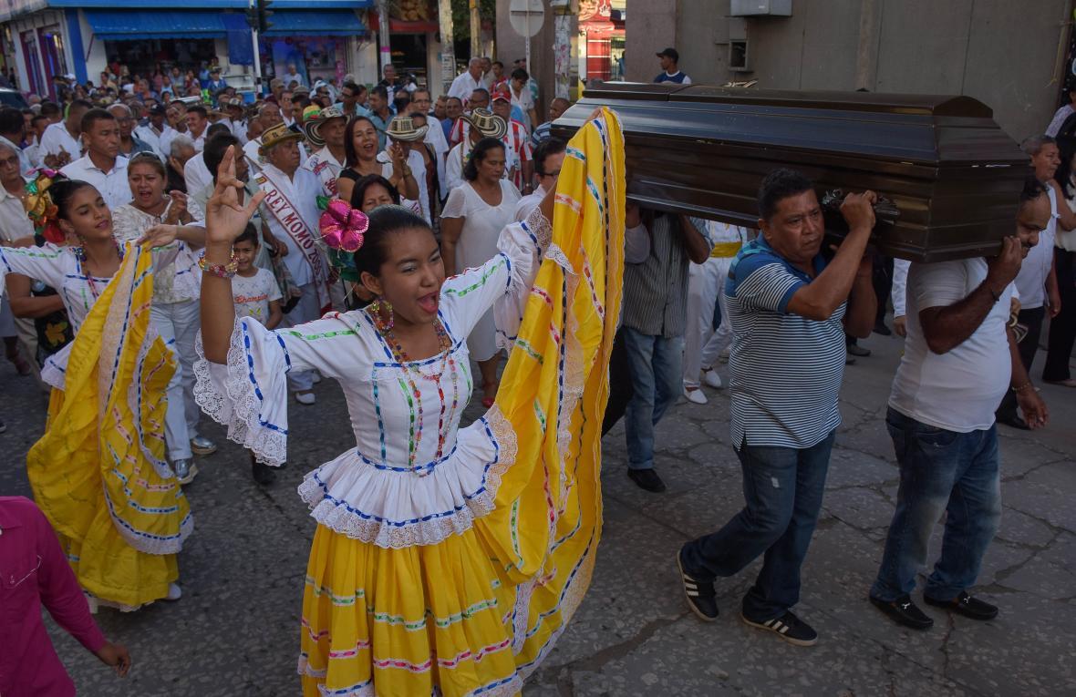 Con baile de cumbia Soledad despide a Mejía.