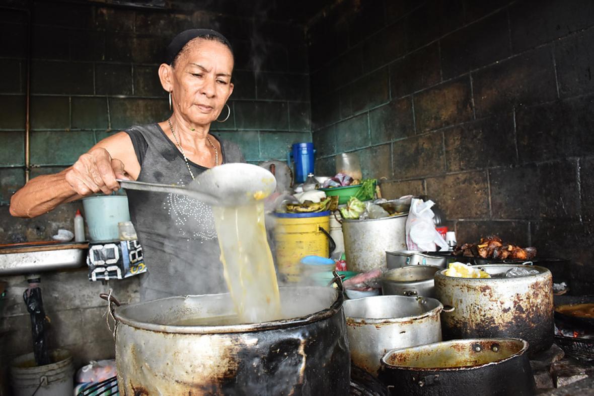 Nidia Esther Cabarcas, de 63 años, prepara un sancocho de hueso en La Magola.