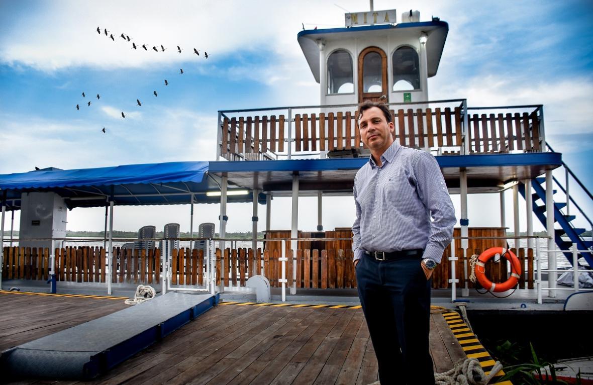 Miguel Maru Bustos, propietario de La Mita, atracada en el Malecón del Río.
