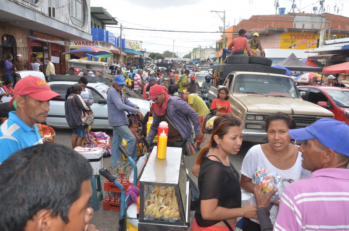 Vista general de una calle principal del mercado.