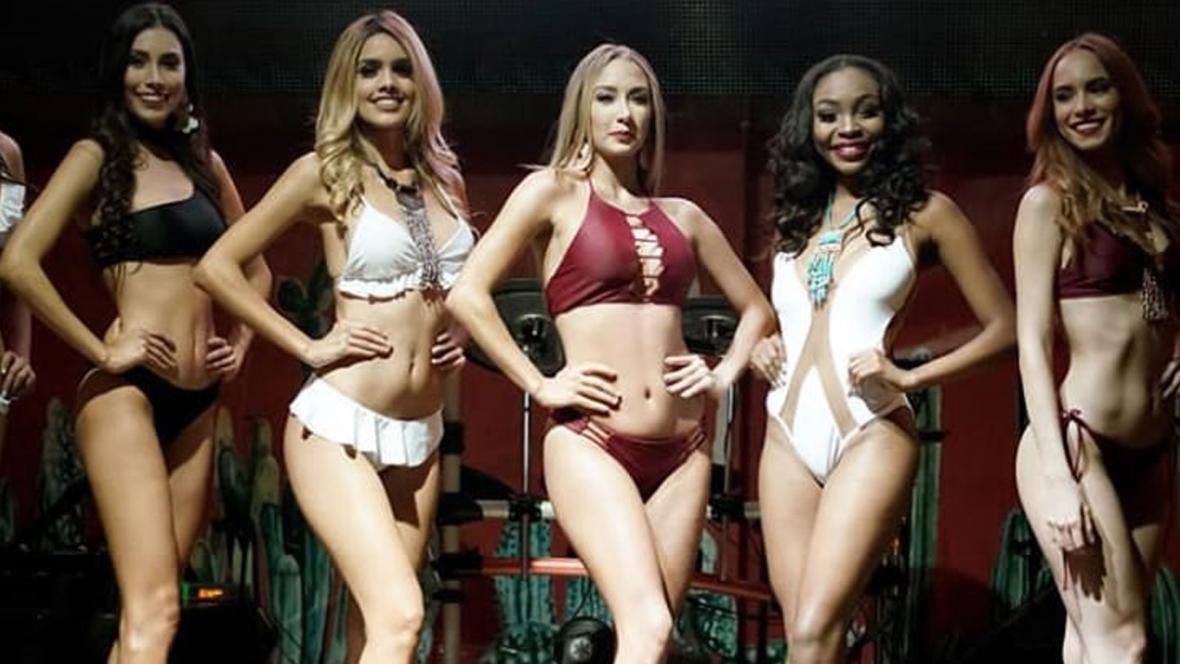 Algunas de las candidatas en el desfile de bienvenida en traje de baño.