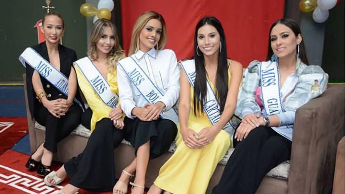 Cinco de las ocho candidatas en el evento de Madrina Guardia Presidencial.