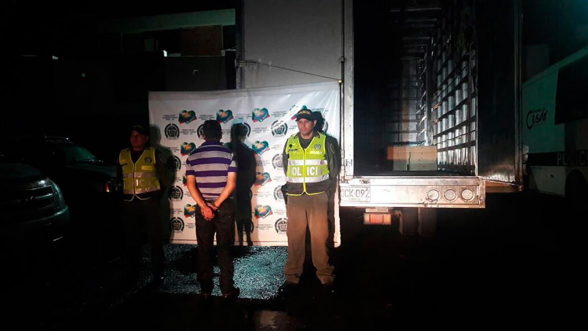 En la imagen la persona capturada que iba conduciendo el camión en donde iba el dinero.