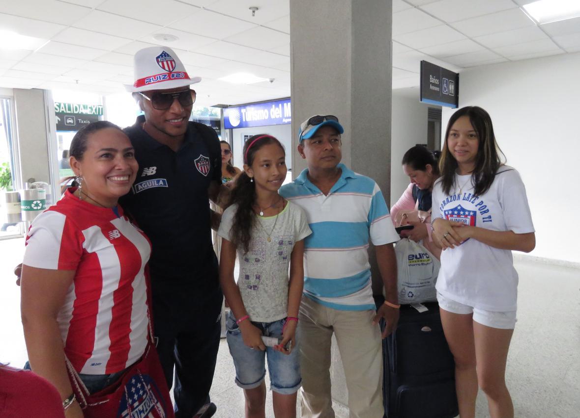 Luis Carlos Ruiz compartiendo con los hinchas de Junior en Montería.